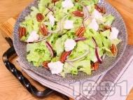 Кето зелена салата с рикота, червен лук и суров пекан